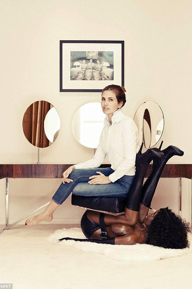 It-Girl und Kunstsammlerin Dasha Zhukova auf dem Stuhl von Künstler Bjarne Melgaard