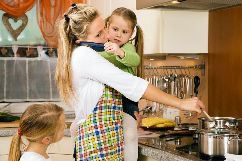 Stress à la Frau Weh: Ob Attila Hildmann sich Kochen so sexy vorstellt? (Bei dieser kochenden Mutter handelt es sich natürlich nicht um die anonym bloggende Frau Weh.)