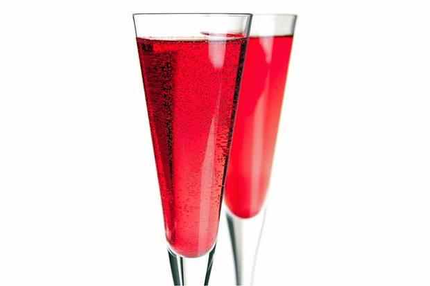 Ein Kir Royale ist schnell gemacht: Einfach etwas Creme de Cassis ins Champagnerglas geben und mit Champagner auffüllen.
