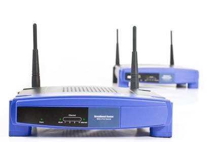 Viele Router haben justierbare Antennen. Damit kann die Reichweite kinderleicht erhöht werden. Doch manchmal helfen nur neue Geräte.