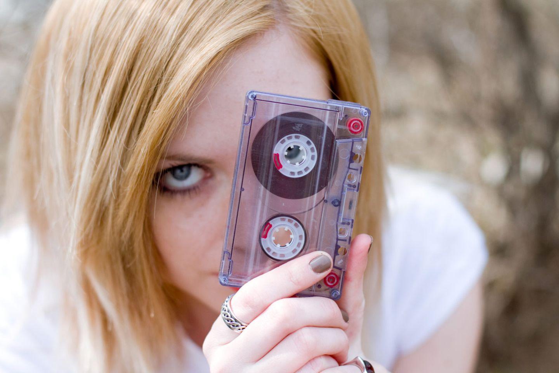 Was ist das wohl? Echte Kassette statt Smartphone mit entsprechend bedruckter Retro-Hülle: Früher war vieles anders. Nicht nur die Musik.