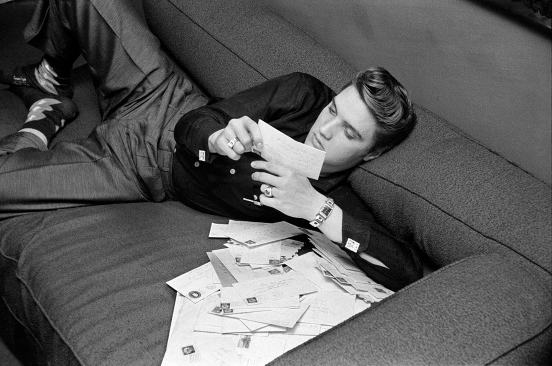Elvis war eines der Sexsymbole der 50er Jahre. Schon zu Beginn seiner Karriere wurde er mit Fanpost überhäuft.