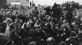 Nach gut zwei Wochen Aufenthalt in den USA kehrten die Beatles am 22. Februar 1964 nach London zurück. Sollten irgendwelche Zweifel daran bestanden haben, dass die Fab Four in ihrer Heimat noch immer begehrt sind, so wurden die bei ihrer Ankunft ausgeräumt: Ihre Rückkehr versetzte den Flughafen in einen Ausnahmezustand.