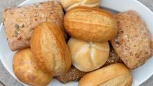 Noch warme Brötchen und frisches Brot: Diese Backwaren sind prämiert, weil sie ohne den Einsatz von Zusatzstoffen auskommen. Doch im Preiskampf um die Billig-Brötchen kommen auch Emulgatoren zum Einsatz.