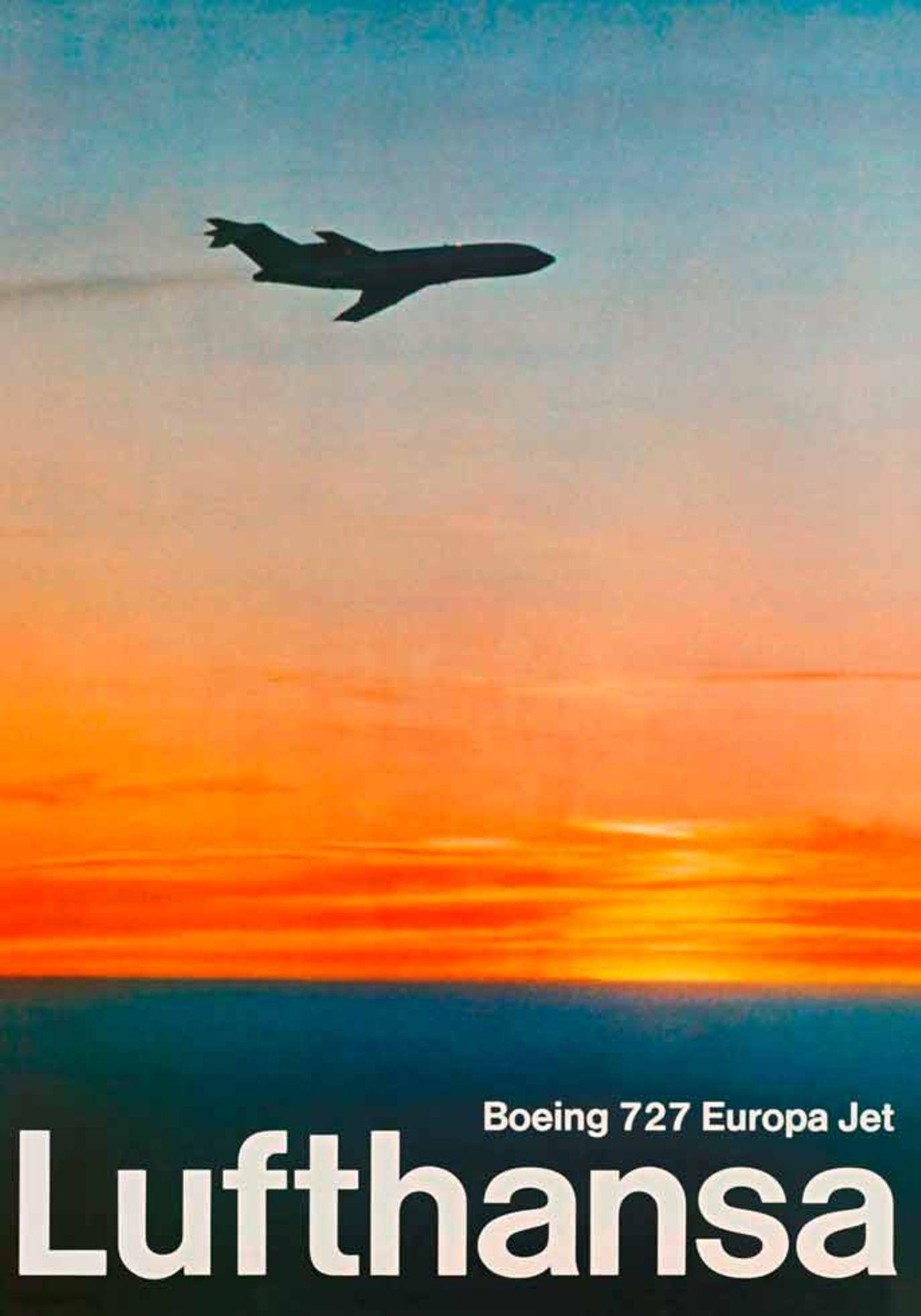 Lufthansa griff bei ihrer Plakatgestaltung 1967 bereits auf Fotografien zurück und bildet eine Boeing 727 ab, dem damaligen Arbeitstier der Flotte für innereuropäische Flüge. An dem abgebildeten Abgasstrahl nahm damals noch niemand Anstoß.