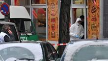 Ermittler der Polizei sichern in der Bäckerei in Berlin-Neukölln Spuren. Ein Mann erschoss hier am Mittwochmorgen eine Frau, eine weitere wurde verletzt.