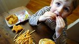 Kinder lieben Pommes, Hamburger oder Pizza - gönnen Sie ihnen gelegentlich den Spaß, wenn die Ernährung sonst ausgewogen ist. Oder kochen Sie Fastfood auch mal zu Hause nach und werten Sie es mit gesunden Beilagen auf.