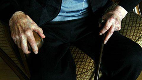 Parkinson führt zu Bewegungsstörungen und Zittern