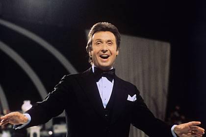 """Peter Alexander 1975: Bei Aufnahmen zur Fernseh-Gala """"Treffpunkt Herz"""""""