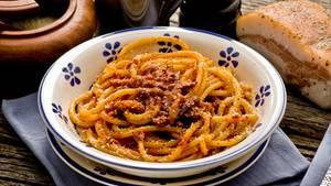 Bucatini all'amatriciana  Amatrice ist eine Stadt in Italien - und die Namensgeberin der beliebten Pasta. Sie wird mit Tomaten, Guanciale, Pecorino, Peperoncini (getrocknete Chilischoten) und Olivenöl zubereitet. Ursprünglich wurde die Amatriciana mit Spaghetti zubereitet - die Römer aber lieben die Hohlnudeln Bucatini dazu. Hier geht's zum Rezept.
