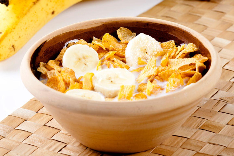 Reichern Sie Cornflakes und andere Frühstücksprodukte mit frischem Obst und Haferflocken an - denn diese Getreideflocken haben oft mit dem ursprünglichen Getreide nur noch wenig zu tun und enthalten viel Zucker