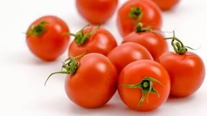 Gekühlte Tomaten verlierenihren Geschmack. Denn die kalte Luft verhindert den Reifeprozess der Tomate und der gibt ihr schließlich ihren Geschmack. Deshalb gilt: Lagern Sie die roten Paradiesäpfel in einer Schüssel auf der Arbeitsplatte.