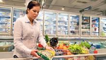 Der Griff zu Fertigprodukten spart Zeit und ist bei Gerichten mit vielen Zutaten zumeist die günstigere Variante