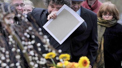Tränen am Grab: Uwe (Mitte, l.) und Manni (Mitte, r.) Ludolf nahmen mit Fans Abschied vom verstorbenen Günter