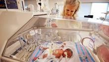 Kimberly Fugate vor einem ihrer vier Neugeborenen.