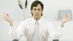 Anfangs reicht es beispielsweise, jeden Tag zu einer bestimmten Zeit auf den eigenen Atem zu achten