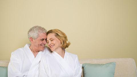 Zu zweit glücklich: Die Zufriedenheit mit dem eigenen Sexualleben nimmt bei in Partnerschaften lebenden Senioren eher zu als ab
