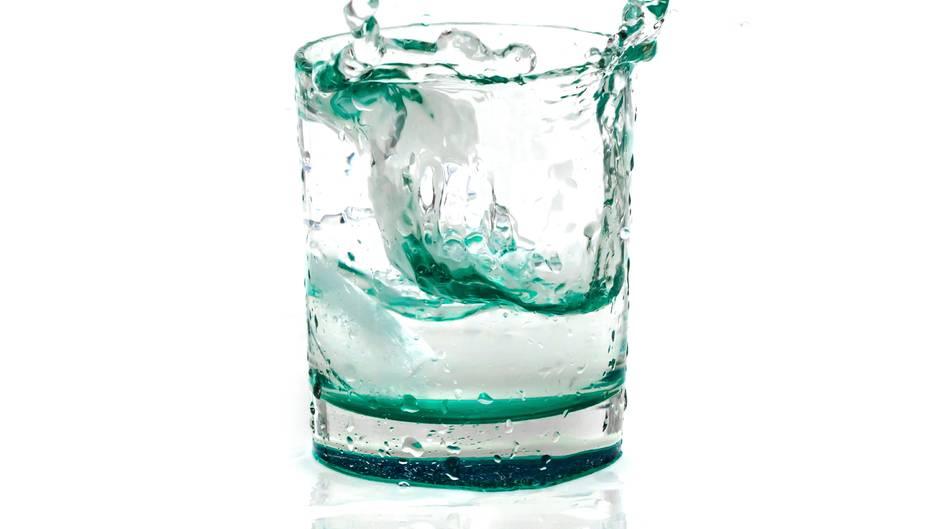 Im Winter vergessen viele Menschen, ausreichend zu trinken. Doch auch in der kalten Jahreszeit verliert der Körper viel Wasser. Nehmen Sie zu wenig Flüssigkeit auf, können Kopfschmerzen oder Kreislauf-Probleme auftreten. Trinken Sie daher mindestens 1,5 Liter Flüssigkeit am Tag. Am besten eignen sich Wasser oder ungesüßte Kräuter- oder Früchtetees.