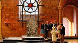"""Windsor is coming: Königin Elisabeth II. besuchte bei ihrem Staatsbesuch 2014 in Belfast die Dreharbeiten zur fünften Staffel der HBO-Serie """"Game of Thrones"""". Mit dabei: ihr Ehemann Prinz Philip. Während Philip mit den Darstellern plauderte, diskutierte die englische Königin mit einem Mitarbeiter.""""Game of Thrones"""" gehört aktuell zu den erfolgreichsten Serien der Welt. Es handelt sich dabei um eine Verfilmung der Fantasy-Saga """"Das Lied von Eis und Feuer"""" des amerikanischen Autors George R. R. Martin."""