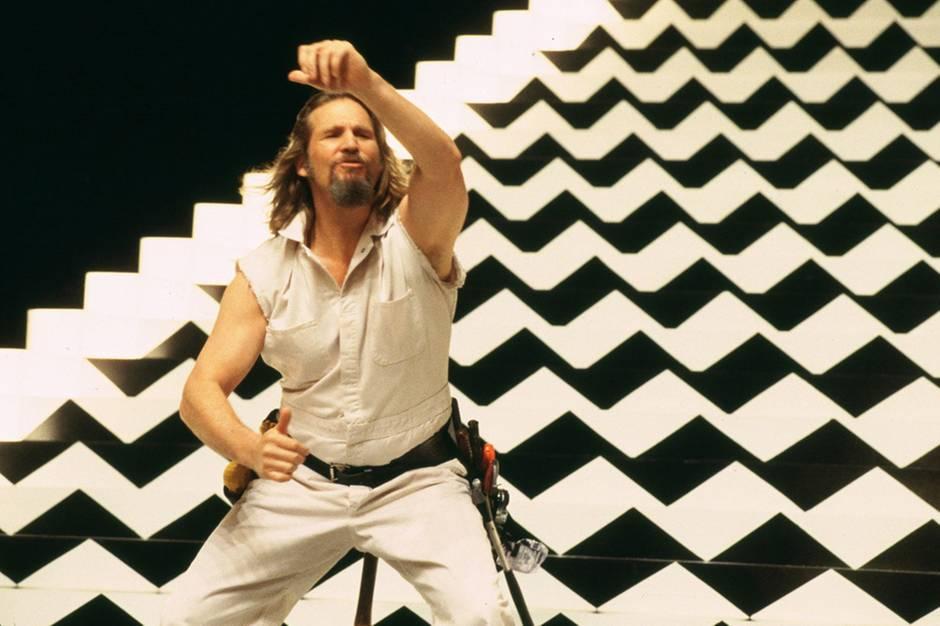 """In der Villa des Pornoregisseurs Jackie Treehorn mischt jemand dem """"Dude"""" (Jeff Bridges) K.o.-Tropfen in seinen White Russian"""