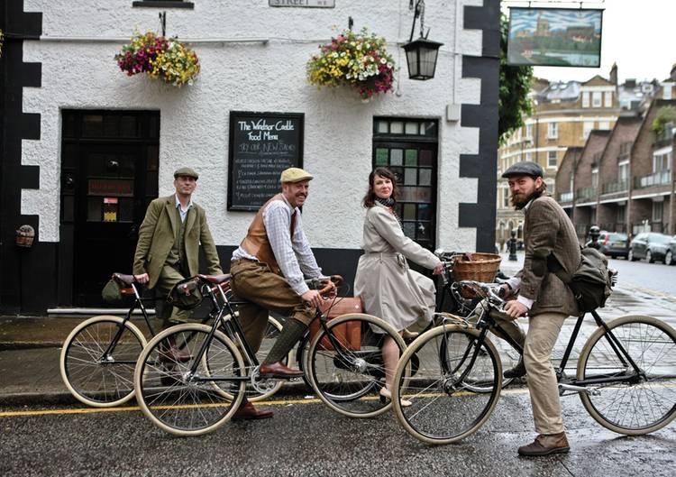 Mit einem Pashly-Guv'nors-Rad und der passenden Kleidung geht diese Gruppe auf Radtouren - von einem Pup zum anderen.