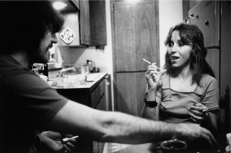 Jack and Lynn Johnson, Oklahoma City, 1973   Spritzen transportieren die Droge in die Venen. Mit ihnen lässt sich gut rumalbern, wie dieses junge Paar zeigt.