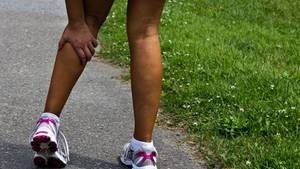 Bei einem Muskelkrampf sollte sofort eine Pause eingelegt werden.