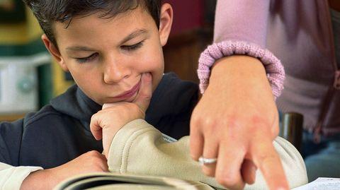 Bis zur siebten Klasse ist etwas Hilfe bei den Hausaufgaben völlig in Ordnung. Ab der Mittelstufe sollten Schüler sie selbstständig erledigen.