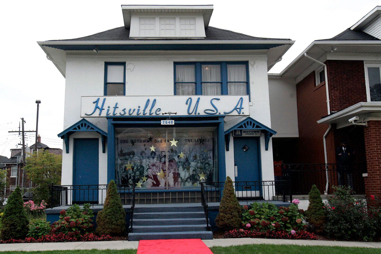 """""""Hitsville U.S.A."""" prangte selbstbewusst über dem Gebäude, wo die meisten großen Motown-Erfolge produziert wurden. Inzwischen ist das Gebäude zu einem Museum umgebaut. Die Besucher können noch einmal die großen Jahre nacherleben, als das Detroiter Label die US-Charts dominierte und parallel dazu die Bürgerbewegung den Afroamerikanern mehr Rechte erkämpfte.  Die Autoindustrie ist längst weg, die Stadt ist pleite - doch der Ruhm von Motown hat alles überdauert. Später ging von Detroit noch die weltweite Techno-Bewegung aus. Aber das ist eine andere Geschichte."""