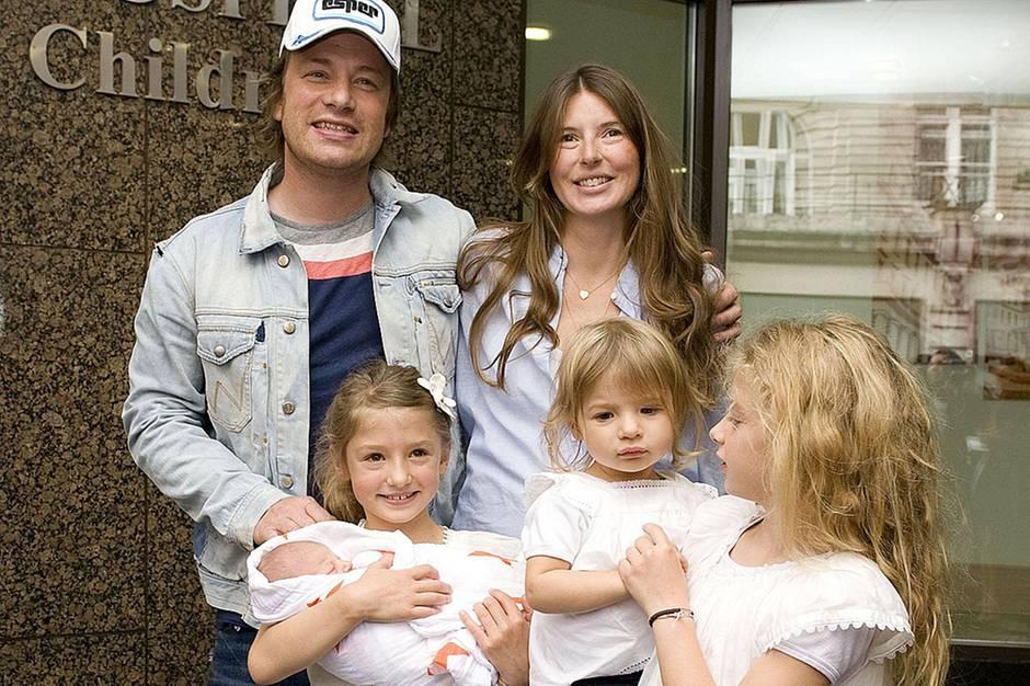 Jamie Oliver und seine Frau Jools mit ihren vier Kindern. Die heute zwölfjährige Poppy steht auf dem Foto von 2010 ganz rechts, die Familie holte damals nach der Geburt die Mama und den kleinen Buddy aus dem Krankenhaus ab.