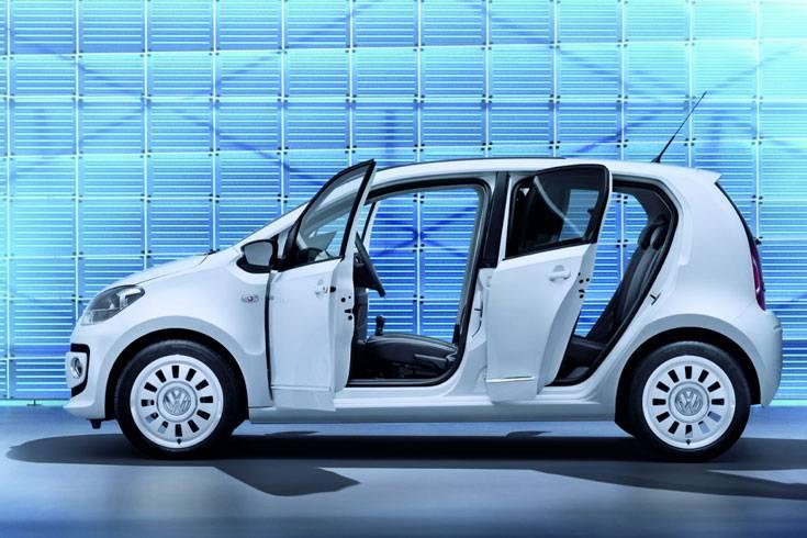Für die meisten Kunden ist die Version mit fünf Türen die wichtigste Neuerung bei Volkswagens Kleinstem, aber VW hat noch mehr in petto.   Mehr als die Hälfte der Up-Käufer werden sich für die fünftürige Variante zu Preisen ab 10.325 Euro entscheiden, glaubt der Hersteller sicher. Das entspricht einem - üblichen - Aufpreis von 475 Euro.   Die äußeren Abmessungen sind mit denen des Dreitürers identisch, und auch die Motorisierungen von 60PS und 75 PS sowie die Ausstattungsvarianten entsprechen denen des ursprünglichen Up. Optisch ist der Neue vorn und von hinten nicht vom Dreitürer zu unterscheiden.   Neben dem obligatorischen Fünftürer hat VW noch Modelle in der Planung. Ein flotter GT soll für ein sportliches Image sorgen, das Cross-Modell wird eine schicke Optik für einen fairen Mehrpreis liefern. Eine ingeniöse Großtat ist der Eco Up, mehr sparen kann keiner.