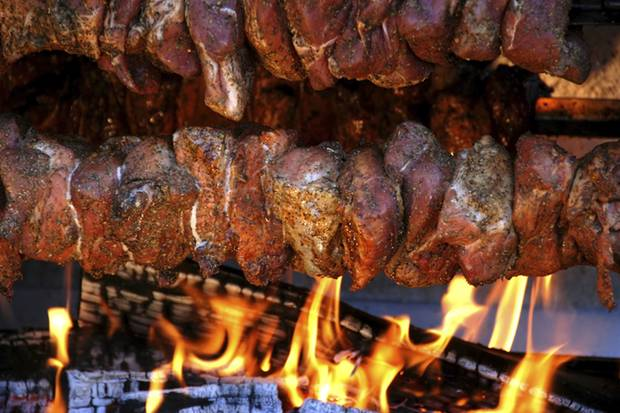 Für Mutzbraten sollte man fettdurchwachsenes Fleisch nehmen, denn nur dann trocknet es beim Grillen nicht aus und schmeckt herrlich saftig.