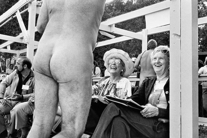 """Bakersfield, Kalifornien, 1983: Diese älteren Damen sind wahrlich keine Kostverächter und scheinen den Anblick des nackten Mannes zu genießen.  Die Fotos sind dem Bildband """"Regarding Women"""" von Elliott Erwitt entnommen, der im Verlag teNeues erscheint."""