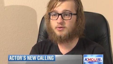 Mit Zauselbart ist er kaum wiederzuerkennen. Nur die Brille verrät ihn. Richtig, bei diesem jungen Mann handelt es sich um einen berühmten amerikanischen Seriendarsteller. Inzwischen ist er aber gar nicht mehr gut auf seine einstige Rolle zu sprechen.