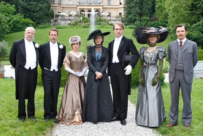"""Sie sind eine der berühmtesten deutschen Familien: die Wagners. In ihrer Geschichte spiegelt sich sowohl die Größe der Kultur als auch die düstersten Kapitel der Vergangenheit wider. Ein Stoff, der alles enthält: große Dramen, tiefe Abgründe, Liebe und Hass. Das könnte einen guten Film ergeben.  Produzent Oliver Berben hat sich mit viel Geld und einem Starensemble dieses Vorhabens angenommen. Die Grundidee ist bestechend: Er spannt einen Bogen zwischen beiden Polen - dem künstlerischen Glanz Richard Wagners - und den verluderten Bayreuther Festspielen, wo Adolf Hitler Hof hielt.   Dementsprechend setzt der Film ein mit dem Tod Richard Wagners und endet mit Hitlers Machtübernahme. Eine Phase von einem halben Jahrhundert, in der Wagners Witwe Cosima die Familie mit eisernem Regiment führt. Unmittelbar nach Richards Tod verpflichtet Cosima die Kinder, ihr Leben dem Vater zu widmen: """"Er darf nicht sterben. Euer Leben soll Richard Wagner gehören!"""""""