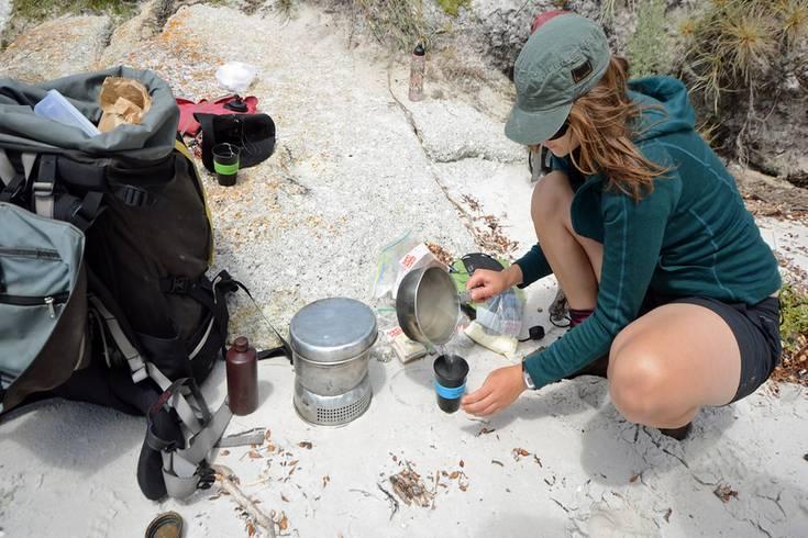 Zur Ausrüstung gehört neben einer regenfesten Windjacke und einem dicken Fleecepulli auch ein Rucksack mit ausreichenden Wasservorräten. Mit dem Trangia-Sturmkocher wird in den Pausen das Tee- und Kaffeewasser erhitzt.
