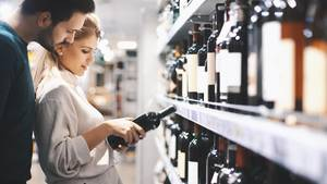 Discounter und Supermärkte sind die größten Weinhändler: Jede zweite beziehungsweise dritte Flasche Wein wird dort gekauft.