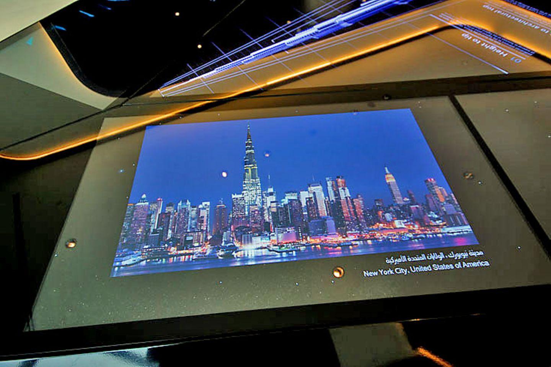 Wer sich im Voraus ein Ticket für die Besucherplattform im Internet gesichert hat, läuft auf dem Weg zum Fahrtstuhl an einem interaktiven Display mit Städtebildern vorbei. Per Knopfdruck lässt sich in die Hochhaus-Silhouette von Frankfurt oder New York maßstabsgetreu der Burj Khalifa einfügen. Jeder soll wissen: Dubai hat den größten Wolkenkratzer