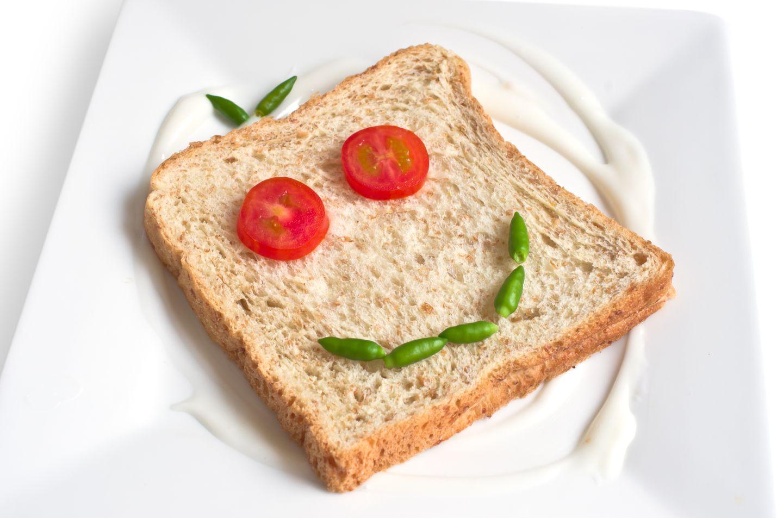 Lebensmittel sind zum Essen da, nicht um Ihr Kind zu strafen, zu trösten oder um Ihre Zuneigung auszudrücken. Denn so bekommt es ein ungesundes Verhältnis zu Nahrung und läuft später womöglich eher Gefahr, eine Essstörung zu entwickeln