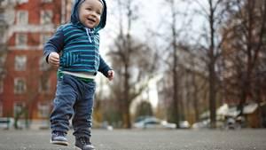 Endlich alleine laufen können - das ist nicht nur für das Kind, sondern auch für die Eltern ein besonderer Moment