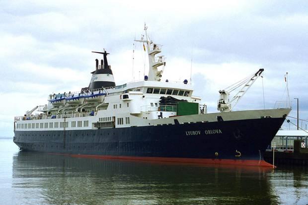 """Das Kreuzfahrtschiff """"Lyubov Orlova"""" treibt seit einem jahr führerlos über den Atlantik. Nun fürchten einige Experten, es könnte auf Irlands Küste treffen."""