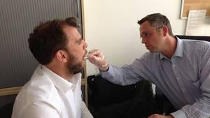 Der Reporter Felix Hutt beim DNA-Test auf dem Revier der Mordkommission in München