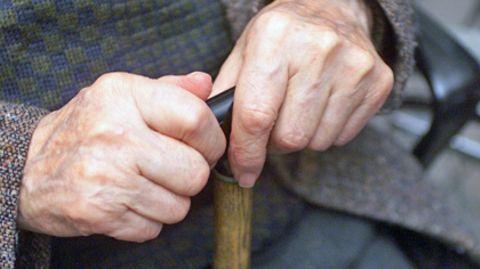 Auch alte Männer haben noch Kraft in den Händen - und prügeln mit dem Spazierstock auf Busfahrer ein
