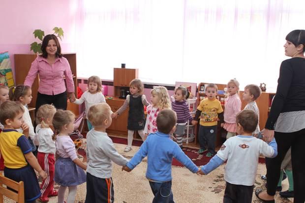 Alle Hände voll zu tun: Der Betreuungsschlüssel in Kitas ist vor allem in Ostdeutschland schlecht