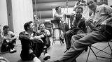 Neben der harten Arbeit an den Songs darf im Studio auch der Spaß nicht zu kurz kommen: Elvis scherzt mit seinen Musikern.