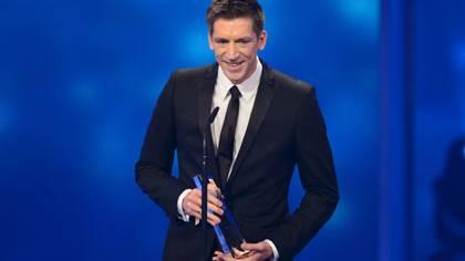 """Stellvertretend für alle Macher der Sendung bedankte sich Moderator Steffen Hallaschka für die Auszeichnung """"Beste Information"""" (Fernsehpreis 2012)."""