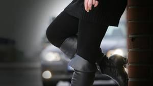 Künftig können Freier, die zu illegalen Prostituierten gehen, bestraft werden. Hilfsverbände kritisieren die Maßnahme.