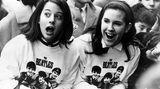 """Es waren vor allem Mädchen im Teenager-Alter, die die Beatles am New Yorker Flughafen erwarteten. Beim Anblick der Fab Four brachen sie in Kreischen aus - so etablierte sich der Begriff der """"Beatlemania"""" auch in die USA."""