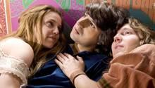 Elliot Teichberg (Demetri Martin, M) geht mit den beiden Hippies (Kelli Garner, l. und Paul Dano, r.) auf einen Trip