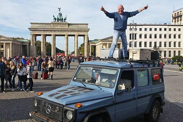 Gunther Holtorf hat vor dem Brandenburger Tor Ottos Reise beendet
